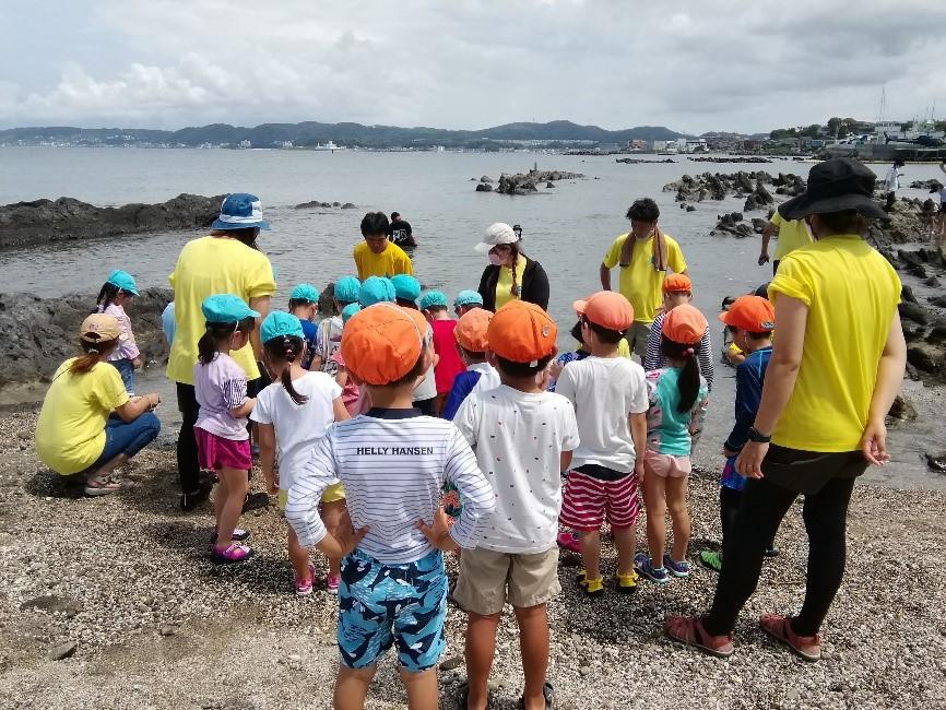 砂浜に立っている子供たち  中程度の精度で自動的に生成された説明