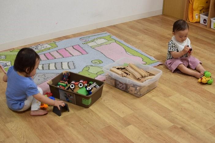 床に座っている幼児  自動的に生成された説明