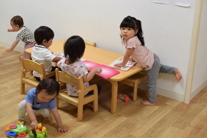 子供, 屋内, 人, 寝室 が含まれている画像  自動的に生成された説明
