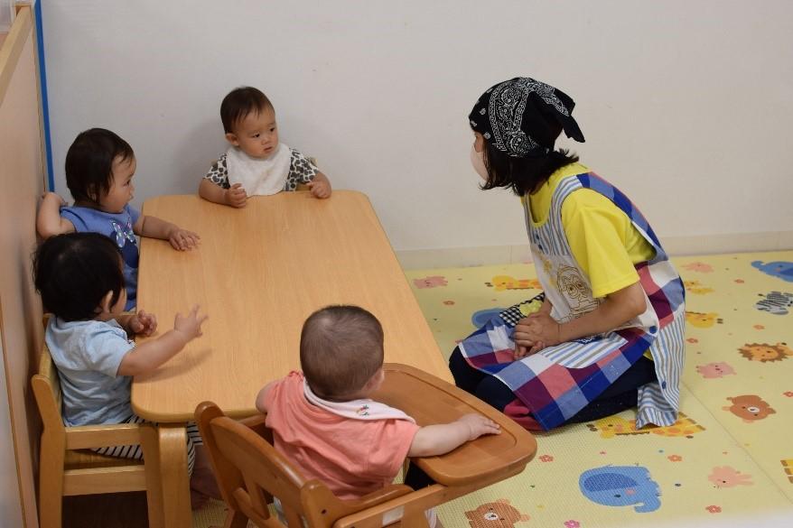 人, 座る, テーブル, 子供 が含まれている画像  自動的に生成された説明