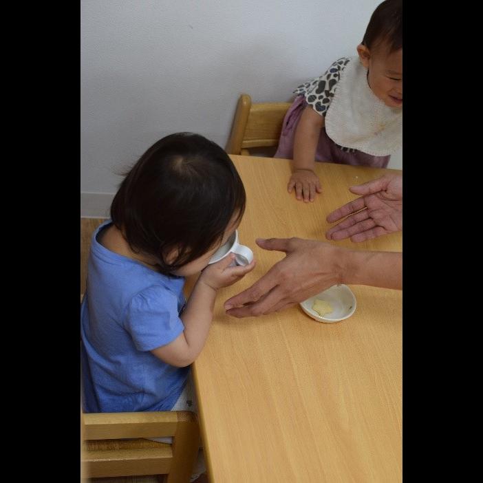 人, 屋内, 子供, 小さい が含まれている画像  自動的に生成された説明